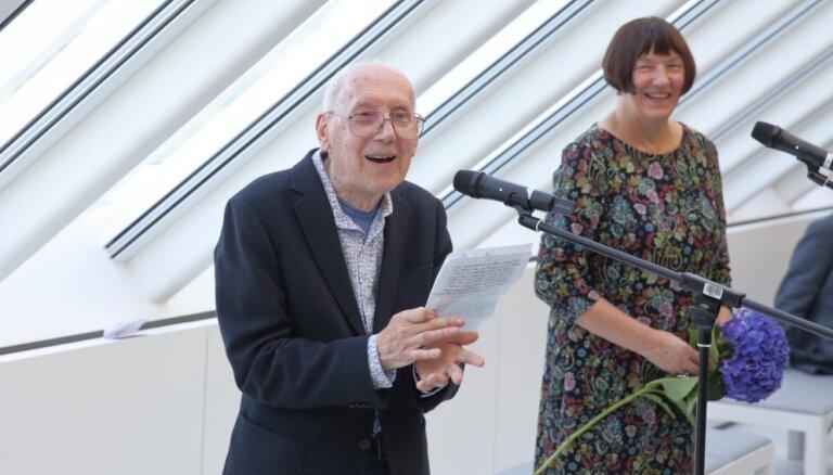 Teātra un mākslas elite pulcējas Raimonda Staprāna izstādes atklāšanā