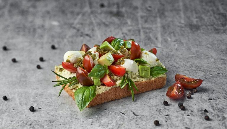 Veselīgā auzu ierauga tostermaize ar avokado–tomātu salātiem un mocarellu
