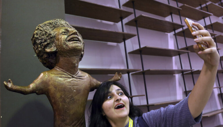 """В сети высмеивают статую Мохамеда Салаха: он похож на злодея из фильма """"Один дома"""""""