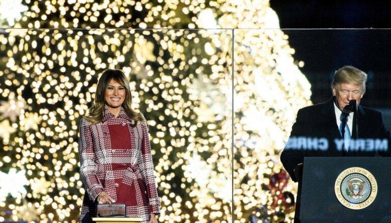 Foto: Trampu pāris pie Baltā nama iededz Nacionālo Ziemassvētku egli