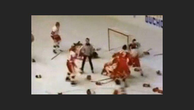 Video: PSRS un Kanādas hokeja junioru kautiņam jeb 'Gadsimta klopei' 30 gadi