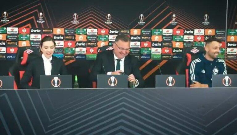 Video: 'Legia' treneris preses konferencē atkorķē aliņus