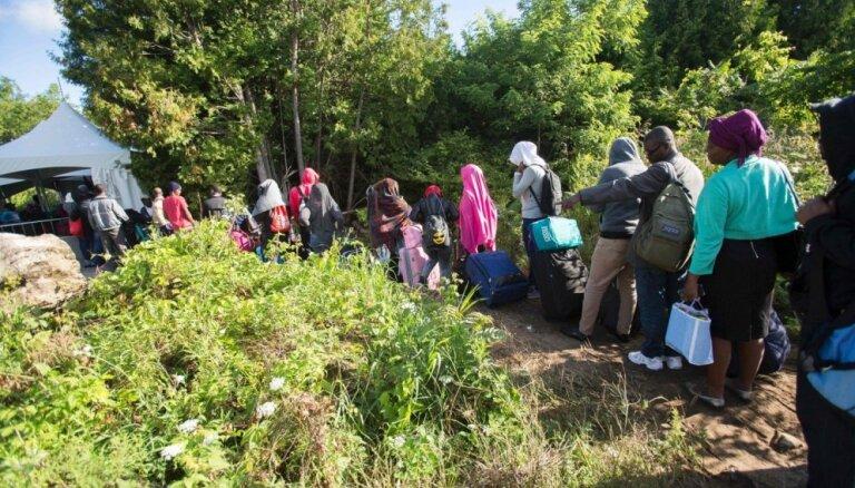 Foto: Haitieši no ASV masveidīgi brien pāri robežai uz Kanādu