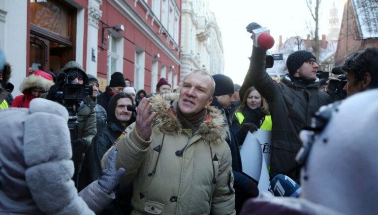 Video: Ļaudis pie Saeimas piketē pret Kariņa valdību
