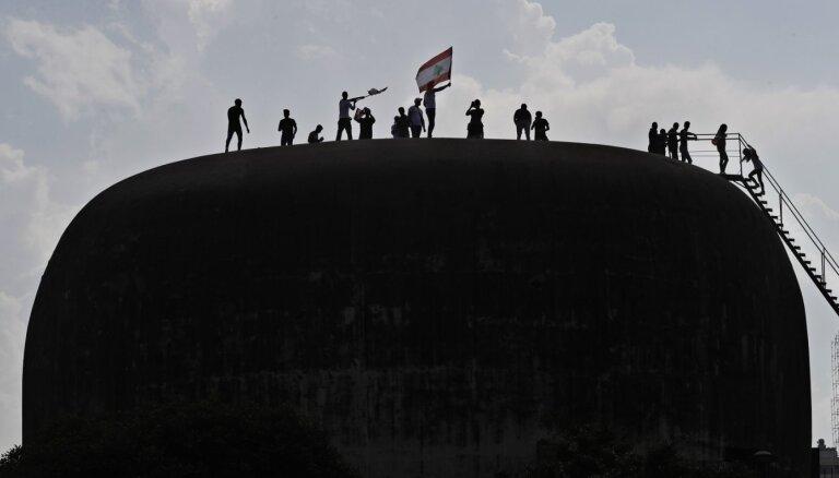 Foto: Liela betona ola, kas kļuvusi par Libānas protestu epicentru
