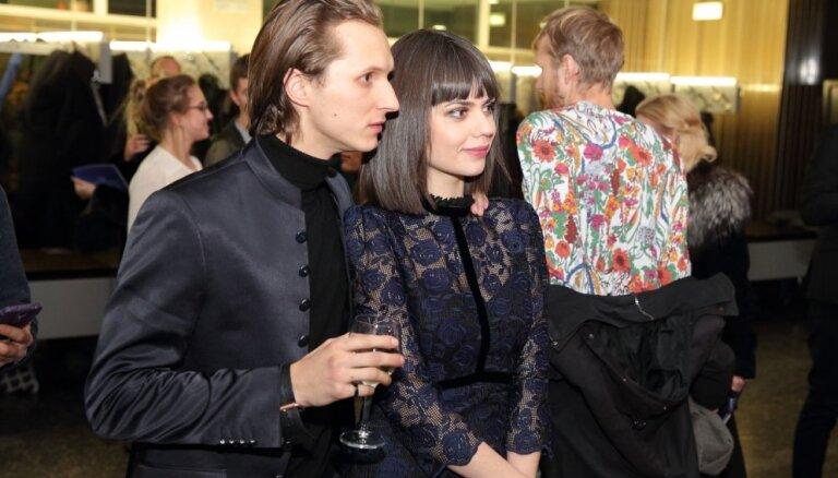 Foto: Aktieri līksmo 'Spēlmaņu nakts' ballītē
