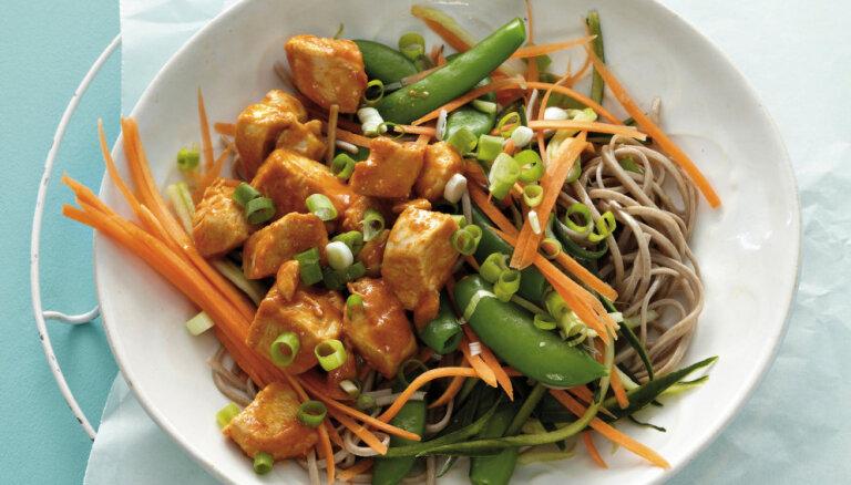 Азиатский салат с курицей в красном соусе карри