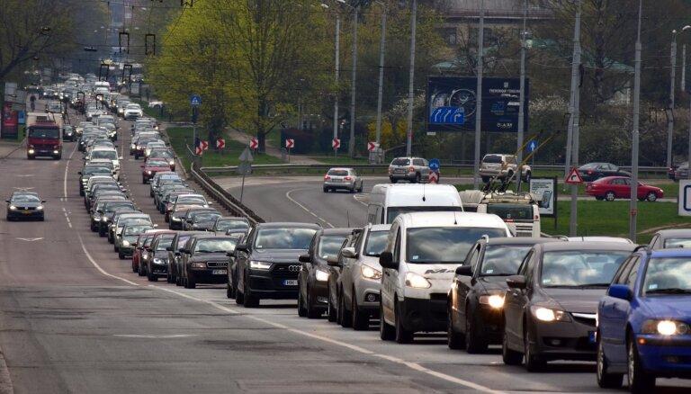 Foto: Deglava tilta slēgšana Rīgā rada pamatīgus sastrēgumus