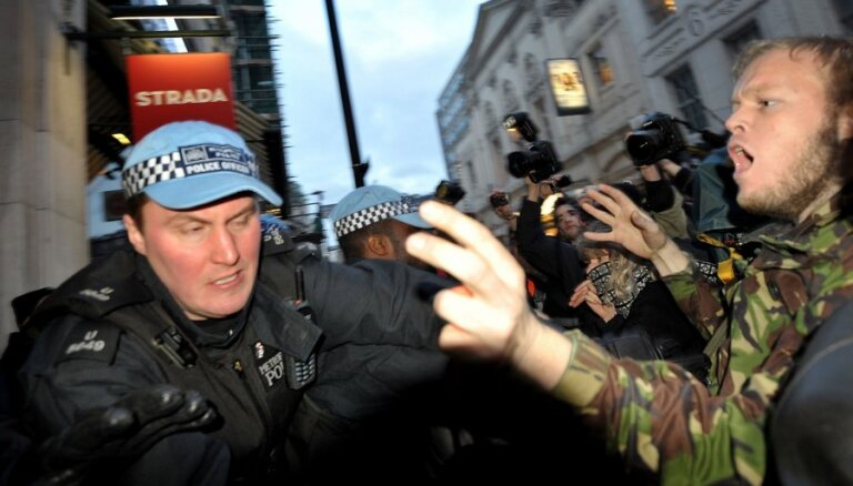 Londonā antiglobālisti mēģina piekļūt 'alkatīgam' biznesmenim