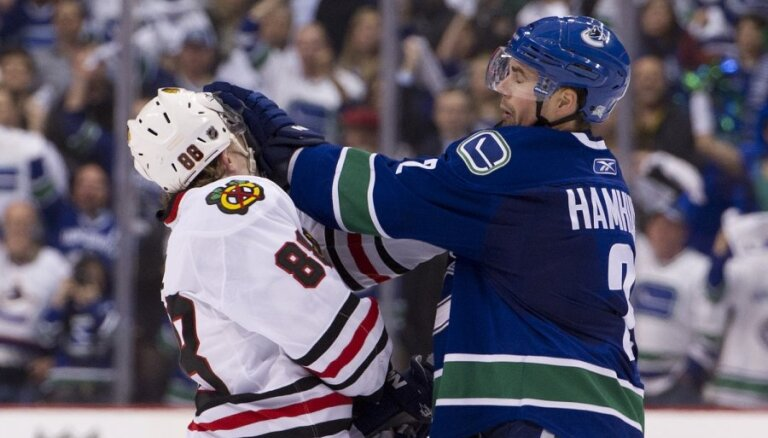 Stenlija kausa izcīņu ar zaudējumu sāk trofejas glabātāji 'Blackhawks' hokejisti