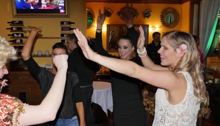 Video: Kā 'Dejo ar zvaigzni' daiļavas naktī ballējās