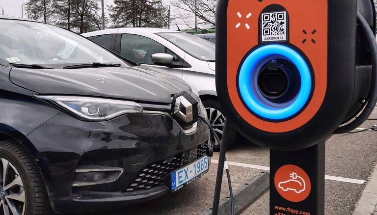 Foto: 'Fiqsy' atklāj publiskai lietošanai divas elektromobiļu uzlādes vietas Rīgā