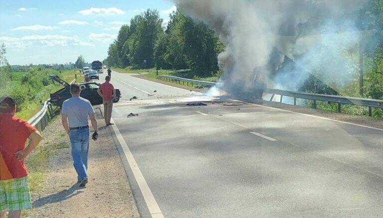 Foto: Uz A6 šosejas netālu no Aizkraukles notikusi divu auto sadursme; viens bojāgājušais