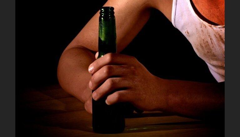 Vīrieti tiesās par sievietes slepkavību, kaklā iedurot alkohola pudeles lausku
