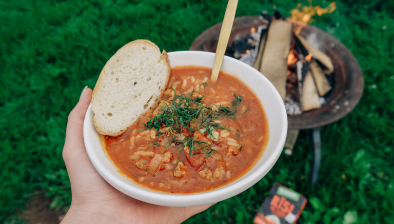 Uz ugunskura vārīta tomātu zupa ar desiņām un rīsiem