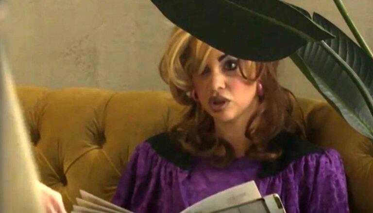 Video: Maskējusies Samanta Tīna saraudina restorāna viesmīli