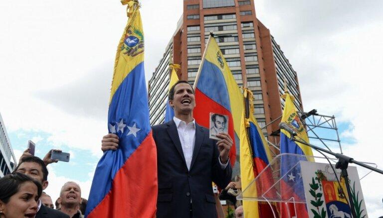 Venecuēlieši pieprasa Maduro atkāpšanos; parlamenta spīkeris pasludina sevi par prezidenta pienākumu izpildītāju