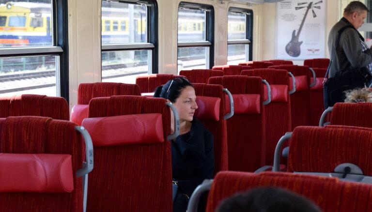 Liela daļa pasažieru mutes un deguna aizsegus nelieto, secina 'Pasažieru vilciens'