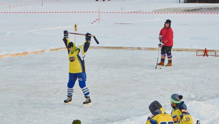 Foto: Dīķa hokeja turnīrā Smiltenes novadā pulcējas 45 komandas
