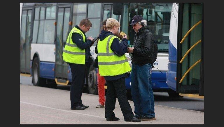 Atklātā vēstulē Sprūdžu aicina saglabāt vienādu braukšanas maksu Rīgas sabiedriskajā transportā