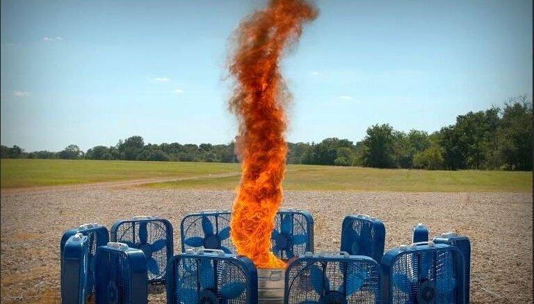 Maģisks skats: Čaļi palēninājumā nofilmē uguns tornado