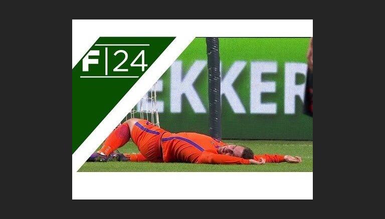 ВИДЕО: Футболист сборной Голландии потерял память после столкновения с вратарем