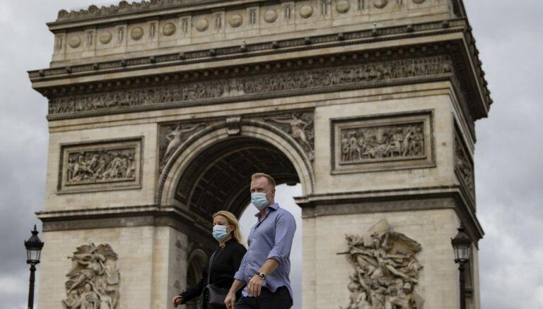Covid-19: Париж закрывает бары, в Москве новый рекорд смертей, в Праге введен режим ЧС