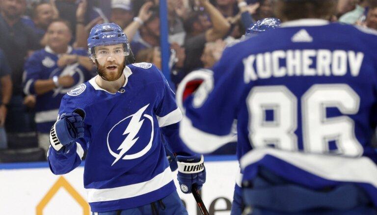 'Lightning' hokejisti izlīdzina rezultātu Stenlija kausa pusfināla sērijā