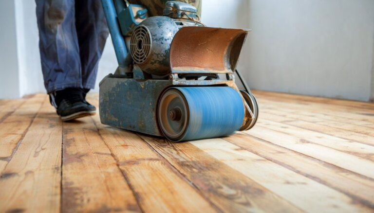 Kā atjaunot koka grīdu, kas klāta ar biezu krāsas kārtu