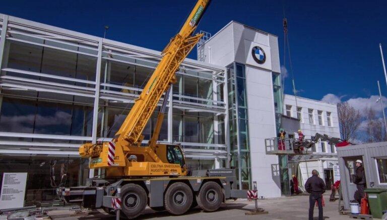Baltijā lielākajam BMW autosalonam uzstāda markas logo
