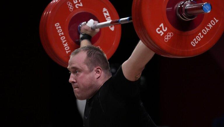Artūrs Plēsnieks grūšanas disciplīnā izrauj Tokijas olimpisko bronzu
