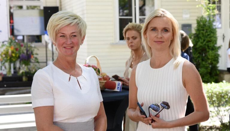 Latvijas pirmā lēdija Iveta Vējone šarmē ar vasarīgu eleganci