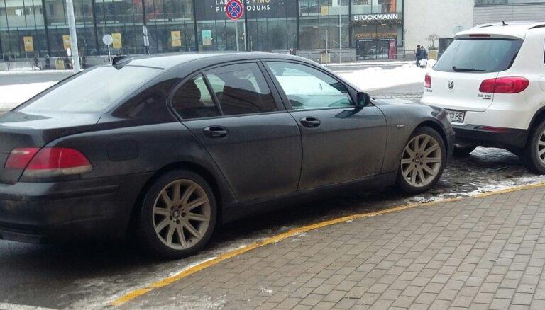 Foto: 'Parkošanās huligāni' ziemīgajās Rīgas un Jelgavas ielās
