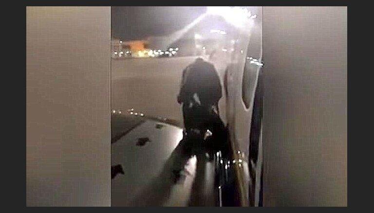 Video: Nepacietīgs polis izkāpj pasēdēt uz 'Ryanair' lidmašīnas spārna