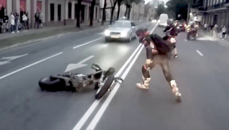Video: 'Supermoto banda' sezonu atklāj ar plosīšanos Rīgas ielās