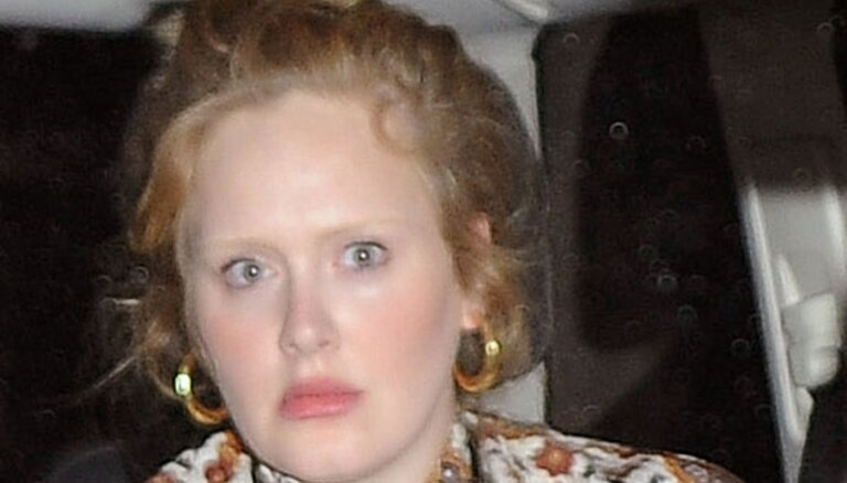 Dziedātāja Adele pieķerta bez uzacīm