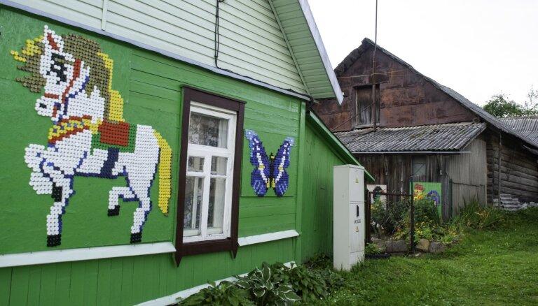Māksla no pudeļu korķīšiem – Latgales viensētu rotā krāsaini dekori