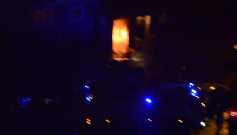 Video: Ziepniekkalnā liesmo atkritumu konteiners