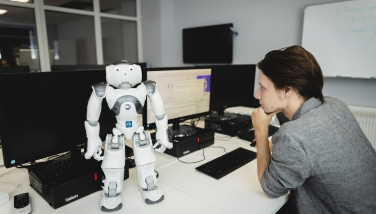 Students Roberts Dedelis māca robotiem jokot un spēlēt futbolu