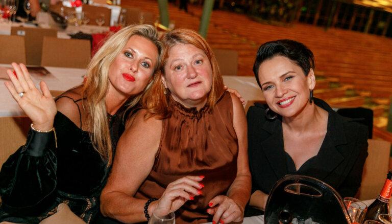 Foto: Televīzijas personības līksmo TV3 jubilejas nakts burziņā