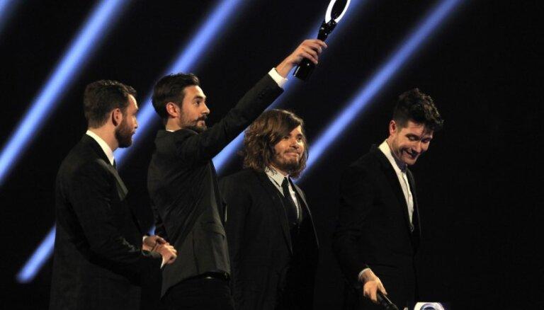 BRIT mūzikas balvu ceremonijā triumfē 'Arctic Monkeys' un Deivids Bovijs
