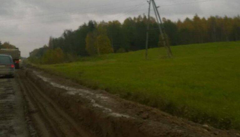 Kritiskais ceļa stāvoklis remontu laikā Latgalē: lasītāja automašīnai pārsit riepu