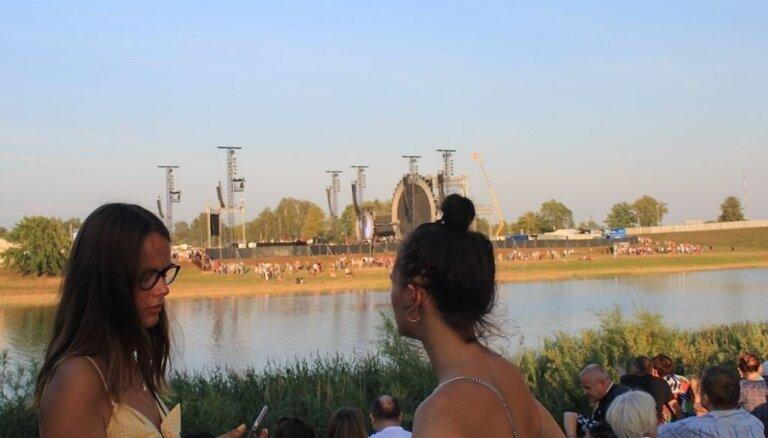 Foto: 'Prāta vētras' fani 'pa zaķi' bauda koncertu no pretējā Lielupes krasta