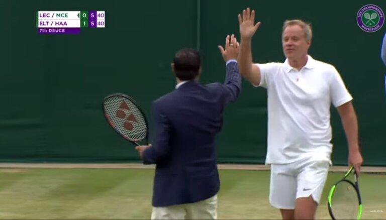 Video: Tiesnesis iesaistās tenisa spēlē un nozog šovu