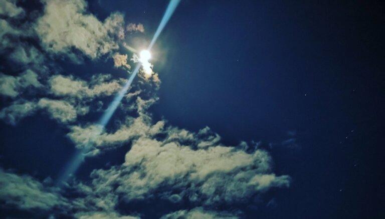 Aculiecinieka foto: Neparasti spožs pilnmēness Saldus debesīs