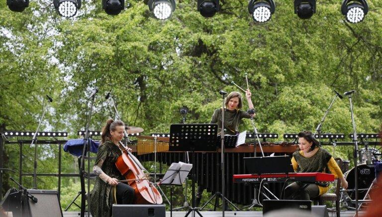 Foto: Raimonds Tiguls pulcē domubiedrus ikgadējā koncertā Tiguļkalnā