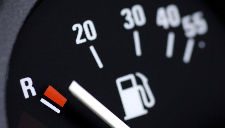 Degvielas cenas benzīnam un dīzeļdegvielai mazumtirdzniecībā pieaugušas par diviem centiem