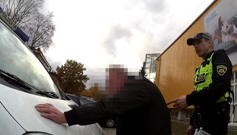 Rīgas policija pie skolas notver 'mētelīša virinātāju'