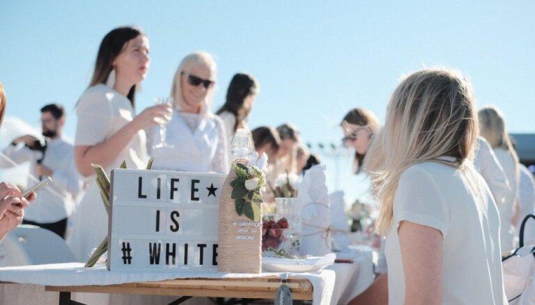 ФОТО: рижский пикник под открытым небом собрал 1300 элегантных участников