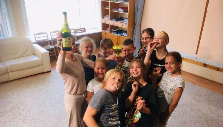 Bērnu popgrupa 'Jūras akmentiņi' dzied par soctīklu negatīvo ietekmi